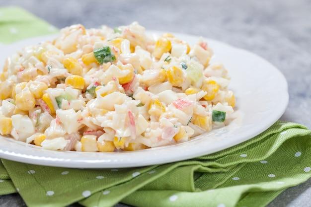 Salada com palitos de caranguejo, milho, pepino e ovos
