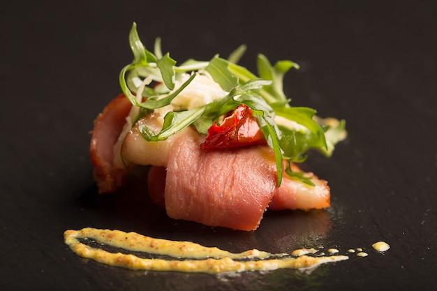 Salada com peito de pato e rúcula
