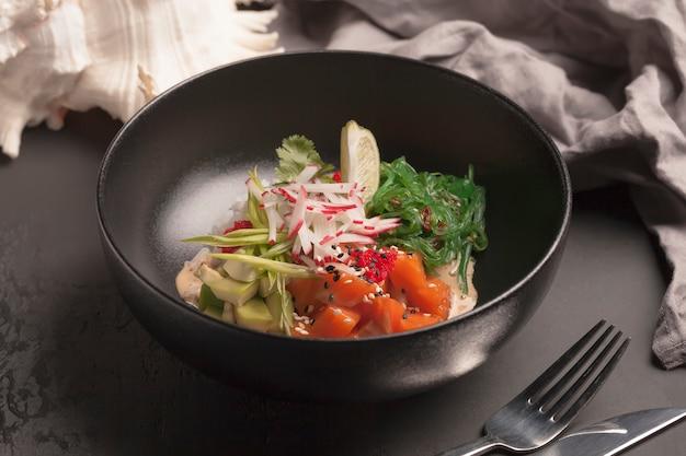 Salada com peixe vermelho, rabanete, alga, abacate, rabanete, caviar e verduras