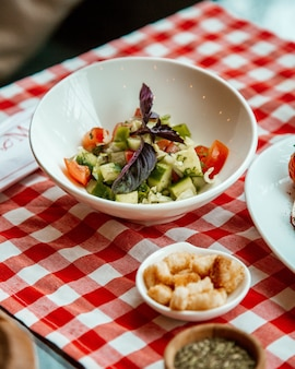 Salada com pepino e tomate