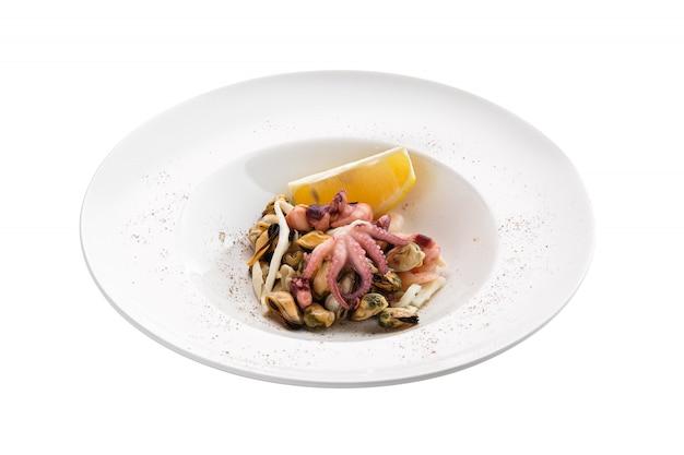 Salada com polvo, camarão e mexilhões