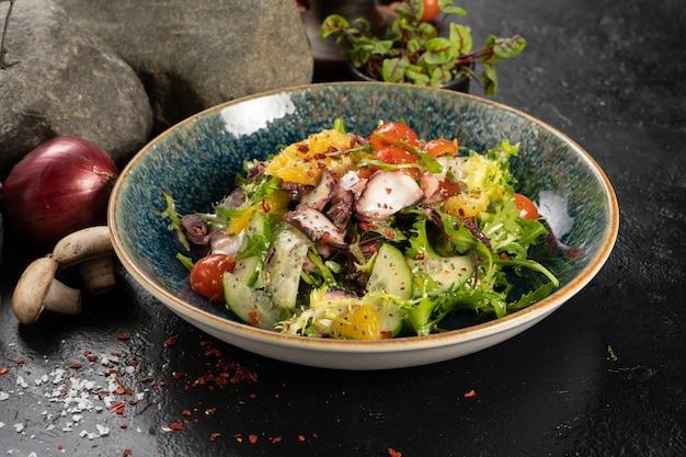 Salada com polvo, laranja, rúcula e vegetais frescos