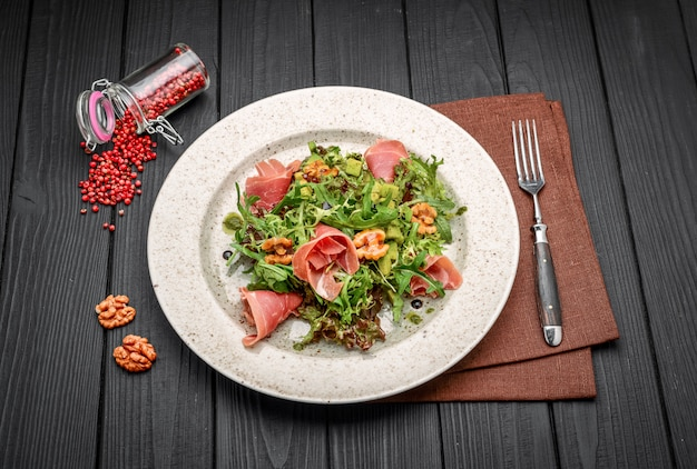 Salada com presunto de parma jamon, tomate e rúcula