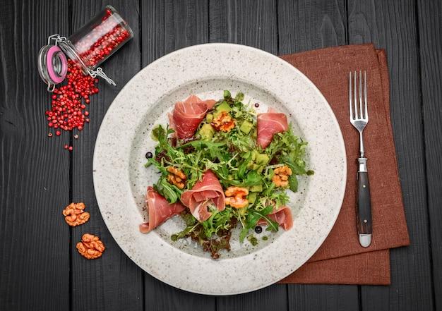 Salada com presunto de parma, tomate e rúcula