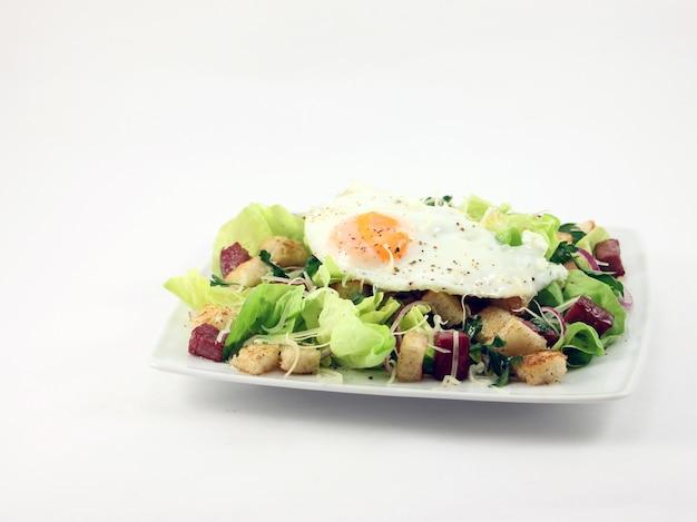 Salada com presunto e ovo frito