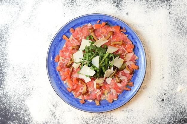 Salada com presunto, parmesão, tomate, rúcula e cogumelos