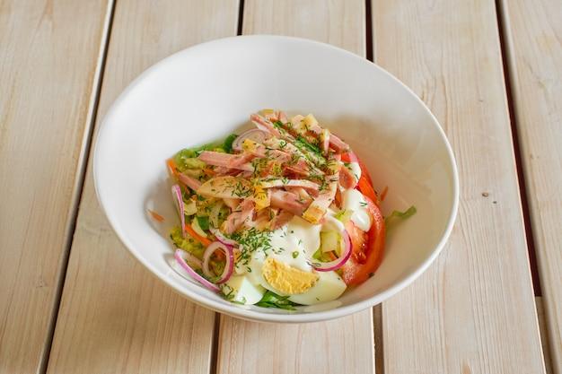 Salada com presunto, tomate, cebola roxa e ovo
