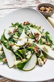 Salada com queijo azul, peras, nozes, acelga e rúcula