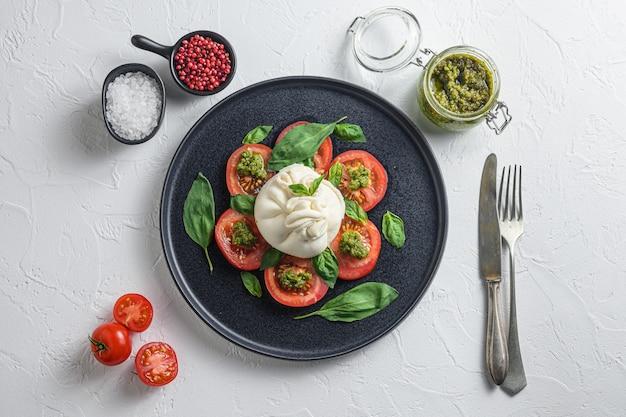 Salada com queijo burrata tradicional italiano feito com creme e leite de búfala