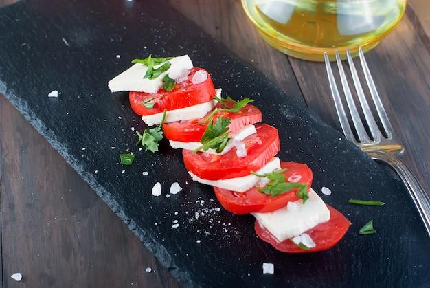 Salada com queijo e tomate