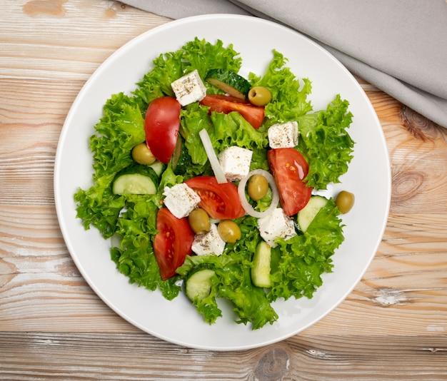 Salada com queijo feta e legumes
