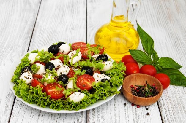 Salada com queijo mozarella e legumes
