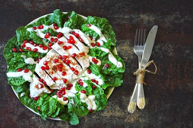 Salada com romã e peru.