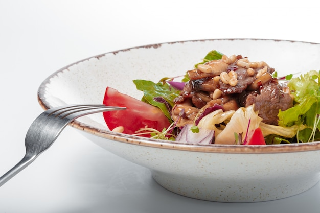 Salada com rosbife e tomate cereja