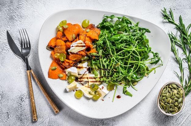 Salada com rúcula, abóbora assada e queijo brie