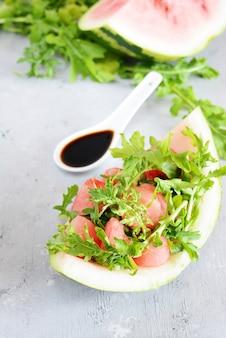 Salada com rúcula de melancia e sementes de gergelim preto