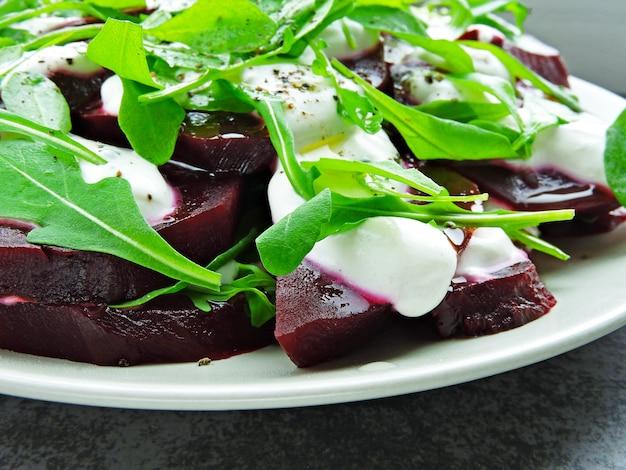 Salada com rúcula e molho de beterraba com iogurte grego