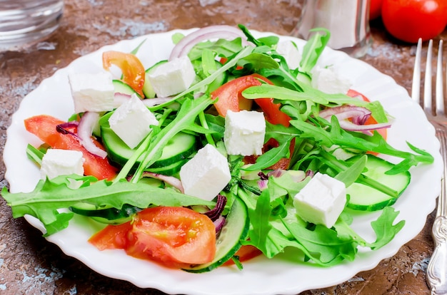 Salada com rúcula, peito de frango e bolachas