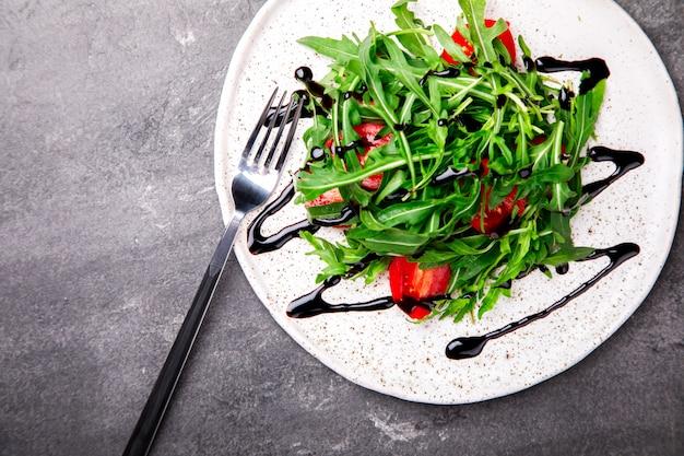 Salada com rúcula. snack no verão