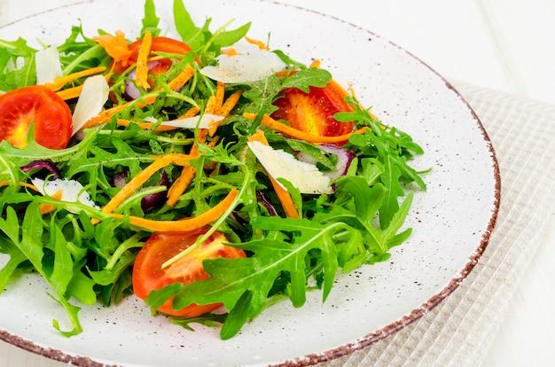 Salada com rúcula, tomate e cenoura