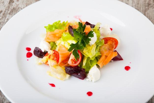Salada com salmão vegetais com molho doce