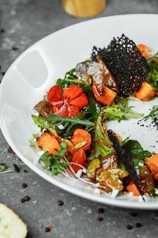 Salada com tomate abóbora e fígado frito