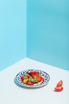 Salada com tomate, berinjela e persil minimalismo moderno foto de alta qualidade
