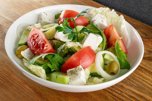 Salada com tomate, pepino, cebola e queijo feta