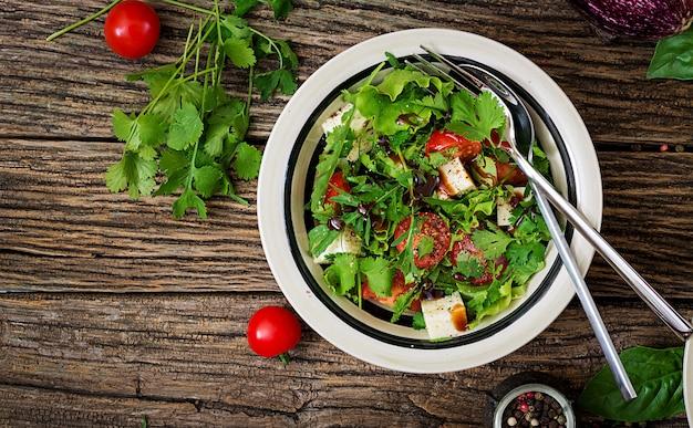Salada com tomate, queijo e coentro em molho agridoce. cozinha georgiana.
