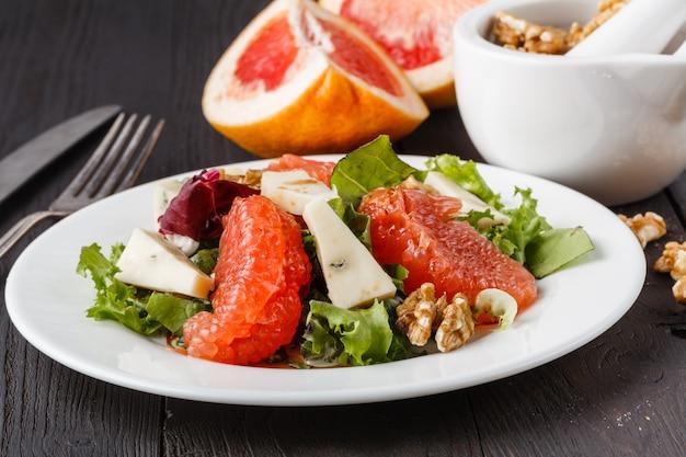 Salada com toranja e queijo azul