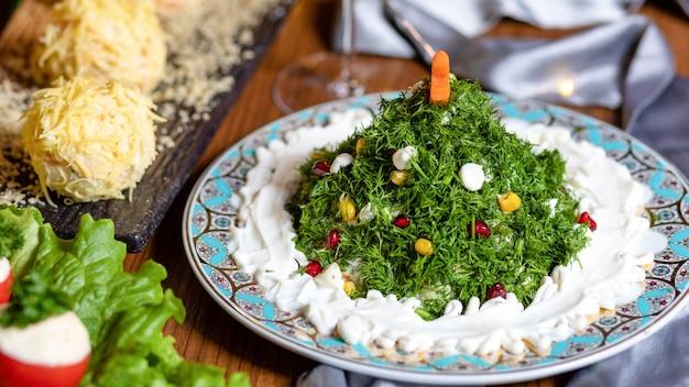 Salada como uma árvore de ano novo de perto