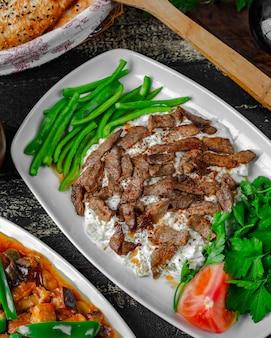 Salada cremosa coberta com carne apimentada