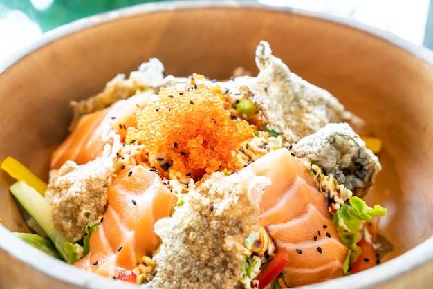 Salada crua de salmão fresco com pele de salmão frita