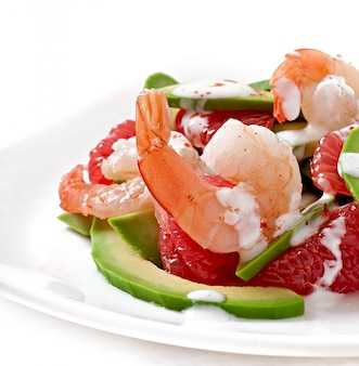Salada da califórnia - uma mistura de abacate, toranja e camarão, temperada com iogurte de pimenta caiena