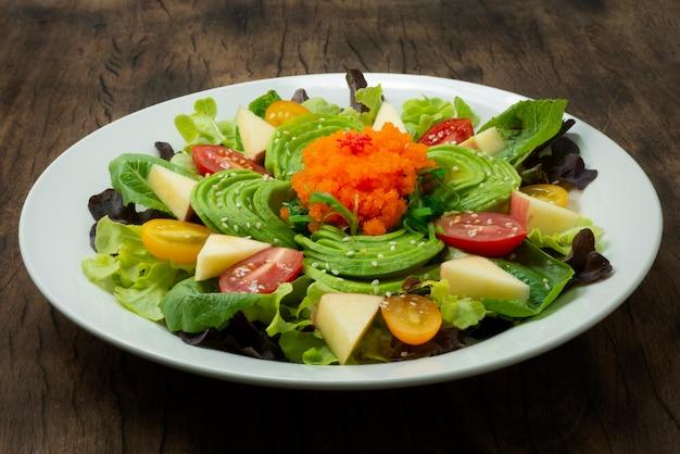 Salada de abacate com ebiko e algas, gergelim e legumes