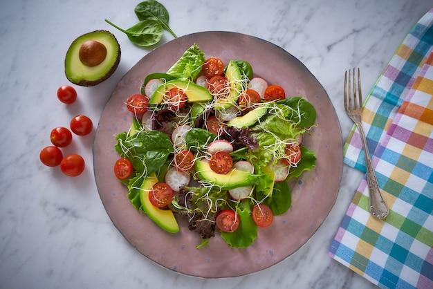 Salada de abacate com espinafre de tomate