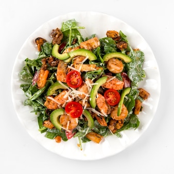 Salada de abacate e frutos do mar isolados no branco
