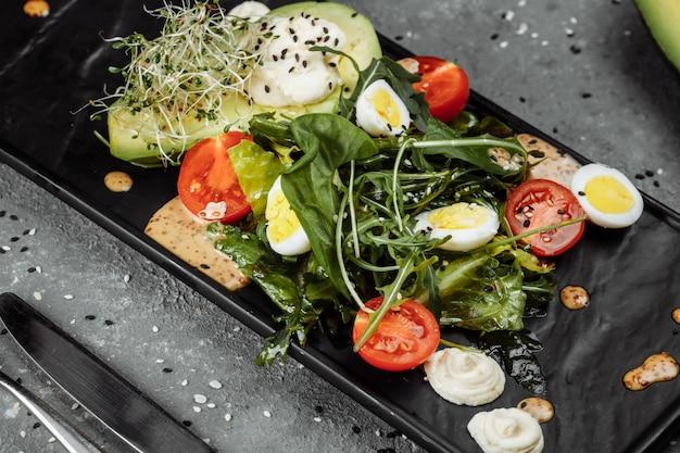 Salada de abacate e tomate cereja. café da manhã diet. comida saudável.