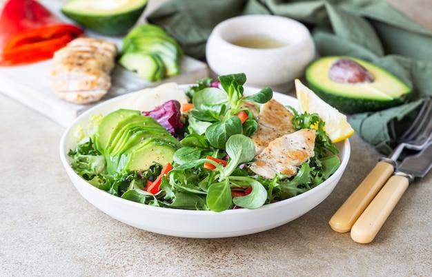 Salada de abacate, maçã, pimentão e frango grelhado. dieta paleo e ceto.