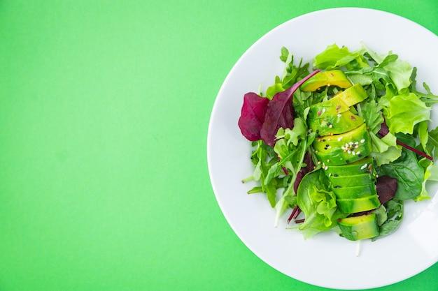 Salada de abacate mistura de folha de alface espinafre rúcula acelga alface refeição fresca lanche na mesa