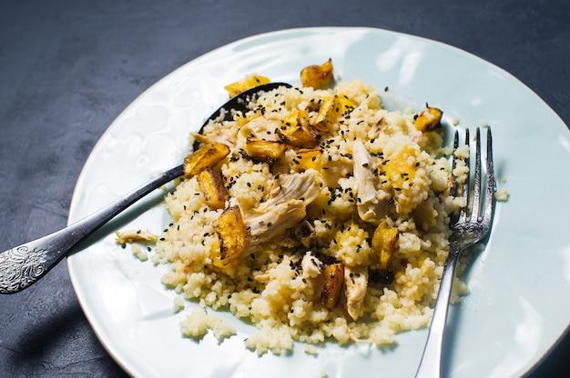 Salada de abóbora cozida, quinoa e frango.