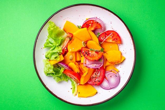 Salada de abóbora vegetais tomate mistura refeição fresca lanche na mesa cópia espaço comida fundo rústico