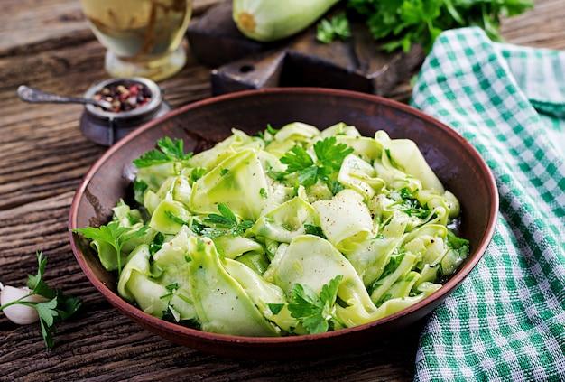 Salada de abobrinha marinada em especiarias