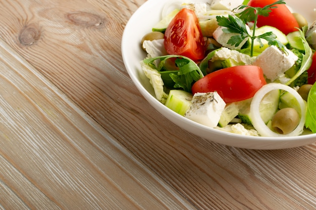 Salada de aldeia com tomate, pepino, cebola