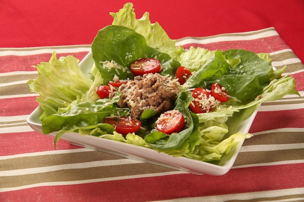 Salada de alface e tomate.