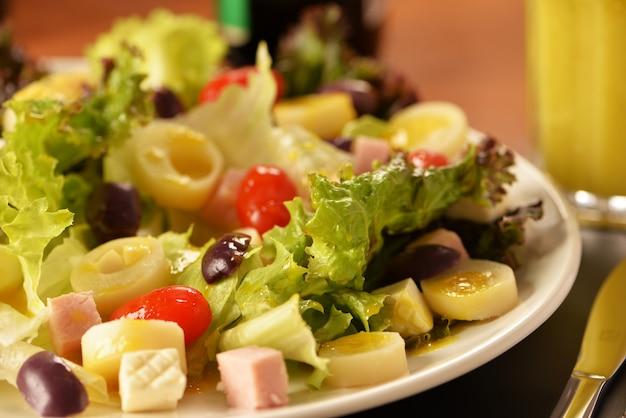 Salada de alface, tomate cereja, palmito, queijo fresco, azeitonas pretas e presunto cozido