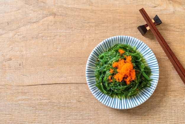 Salada de algas com ovos de camarão - estilo japonês