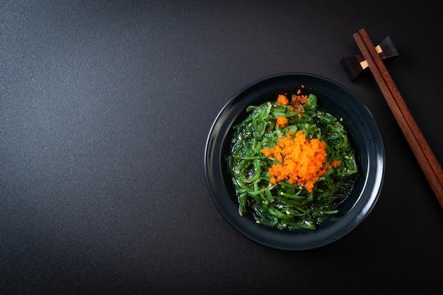 Salada de algas com ovos de camarão - fundo de estilo japonês