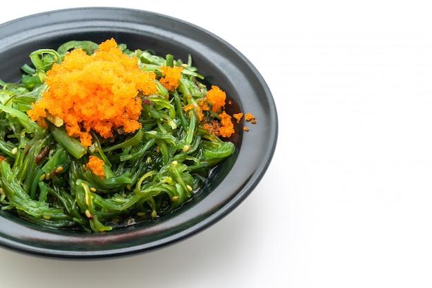Salada de algas com ovos de camarão isolado