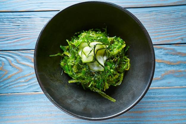 Salada de algas com pepino gergelim e soja